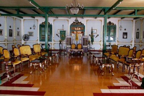 ruang raja menerima tamu di keraton kacirebonan