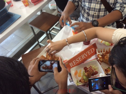 kumpul-kumpul mengabadikan ayam