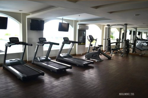 gym seru dengan lantai kayu