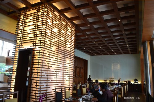 point of interest berupa dinding berlapis akrilik dan kayu-kayu