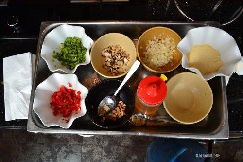 bahan-bahan penunjang omelet, bahan dasarnya sih : telur!