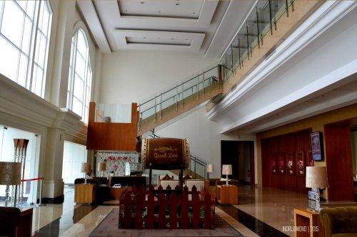 tangga dengan langkan kaca sebagai latar belakang
