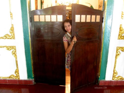 pintu koboi (engsel bolak balik) pembatas prabayaksa dengan seketeng