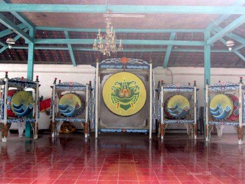 lima buah bedug yang disimpan di paseban kanan, ditampilkan saat festival budaya