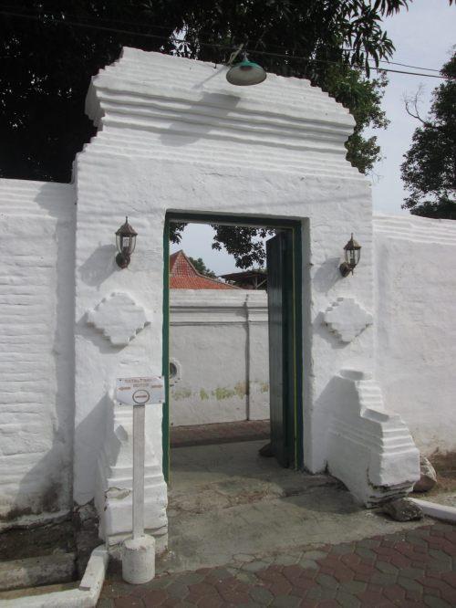 abdi dalem lewat pintu yang ini