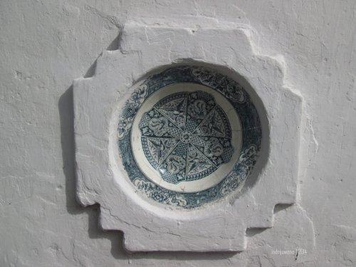 keramik cina di dindingnya