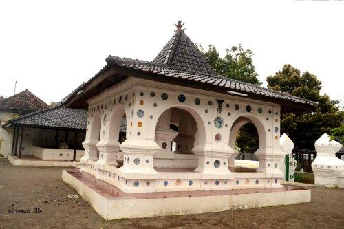 bangunan tengah siti hinggil, semua bertiang batu dan lengkung