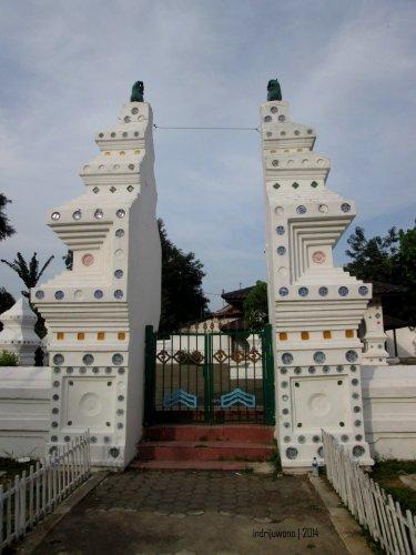 gerbang siti hinggil bermodel candi bentar yang dihiasi piring porselin cina