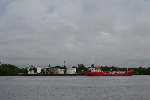 silo bbm di tepi pelabuhan