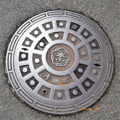 manhole cover di NARA, memusat dengan bunga di tengahnya