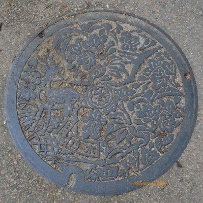 manhole cover di NARA, dengan rusa sebagai lambang kota
