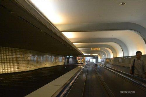 bahkan lorong stasiun pun dilengkapi conveyor. JR Namba Station, Osaka.