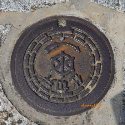 ini lubang saluran air hujan di KYOTO, tak sebesar manhole cover.