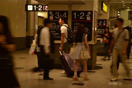 tapi, membawa koper sepertinya sudah menjadi kebiasaan di sini.