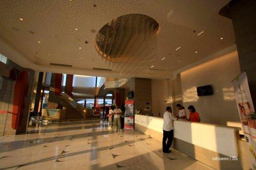 bayangan tiang masuk ke lantai lobby yang materialnya marmer
