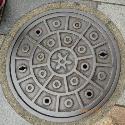 manhole cover di KYOTO, untuk fungsi utilitas yang lain