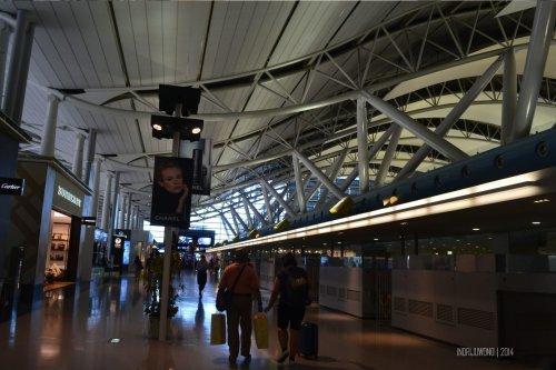 lantai paling atas kansai airport, banyak yang menarik koper