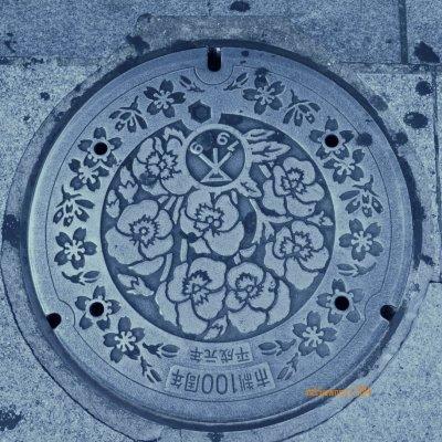 manhole cover di OSAKA, dengan hiasan bunga mawar