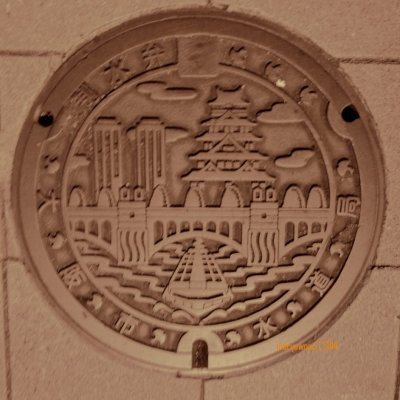 manhole cover di OSAKA, bercorak istana dan jembatan