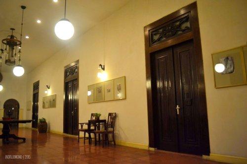 pintu-pintu ke kamar berukuran besar