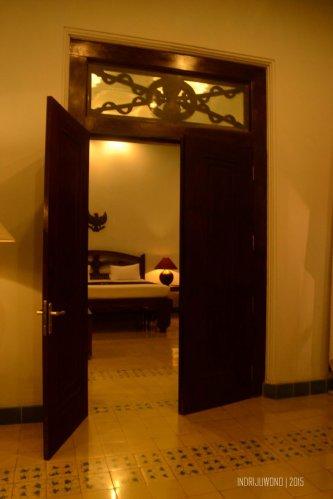 pintu pemisah ruang semi privat dan privat di kamar sang fajar
