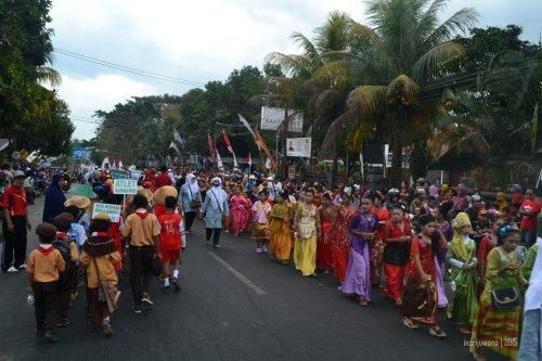 berbagai sekolah turun ke jalan demi karnaval
