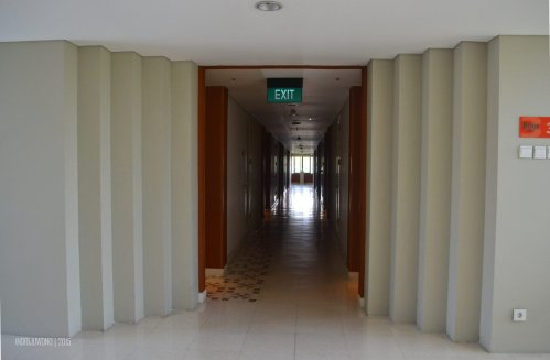 lift lobby di tengah panjangnya koridor