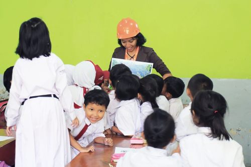 aku dikerubuti anak-anak yang ingin tahu tentang rumah adat