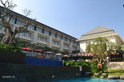 sayap bangunan kamar hotel menghadap kolam, lobby di tengah