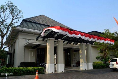 bangunan lobby dengan kanopi drop off