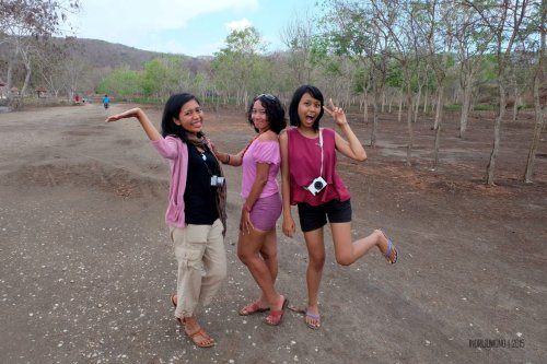 27-south-lombok-pink-beach-girls