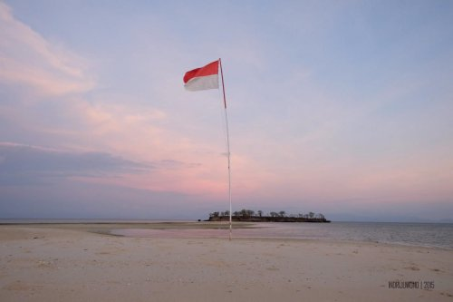 36-south-lombok-gili-pasir-sunset-flag