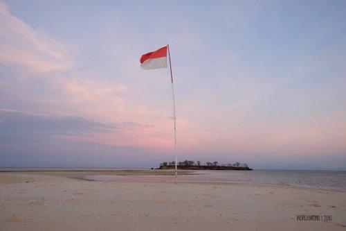 36-south-lombok-gili-pasir-sunset-flag