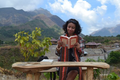 13-nauli-bungalow-sembalun-lombok-reading-book