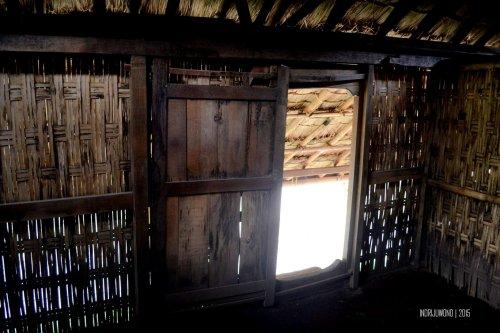 15-sembalun-lawang-desa-adat-beleq-blek-pintu-rumah-dalam