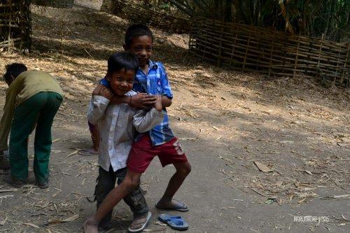 2-sembalun-lombok-anak-anak-bermain-bola