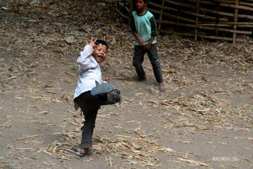 4-sembalun-lombok-anak-anak-bermain-bola
