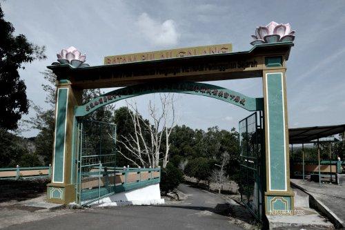 gerbang masuk area penampungan pengungsi vietnam
