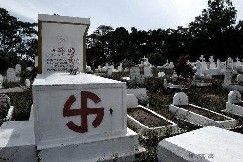 tanda swastika pada kuburan