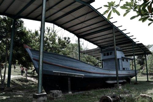 sisa perahu yang dijadikan tugu