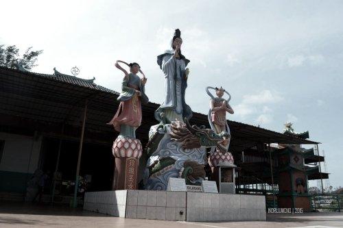 patung dewi di depan vihara