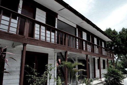 gedung kayu yang masih terawat