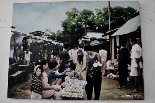 foto lama tentang kegiatan sehari-hari di tempat pengungsian