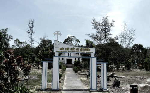 gerbang gereja katolik di depan jembatan
