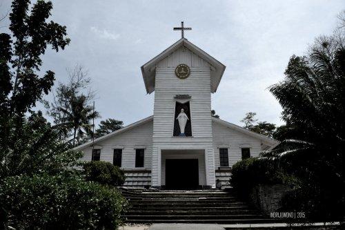 fasade gereja didominasi kayu bercat putih