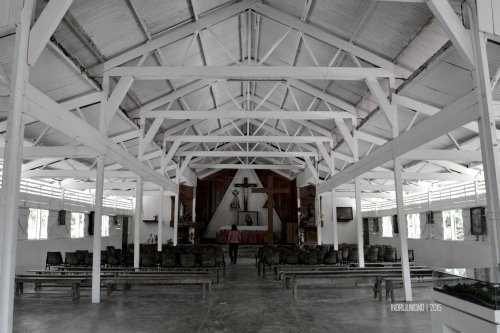 bagian dalam gereja didominasi kayu