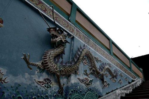 grafir naga di tepi tangga vihara