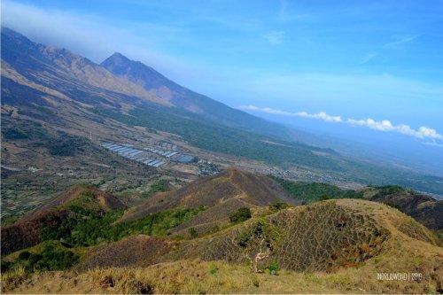 8-bukit-pergasingan-desa-sembalun-dari-puncak-bukit-jalur-menurun