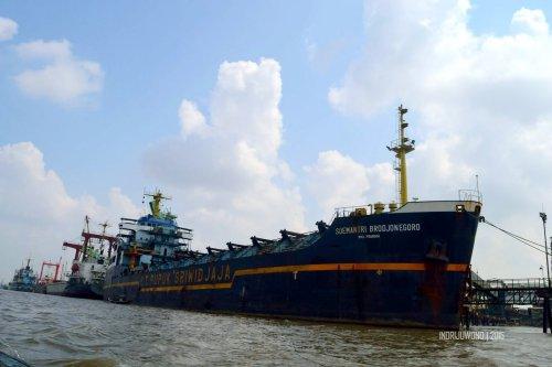 25-sungai-musi-kapal-besi-besar-jangkar-pupuk-sriwijaya
