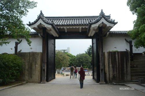 7-osaka-castle-inside-sakura-gate